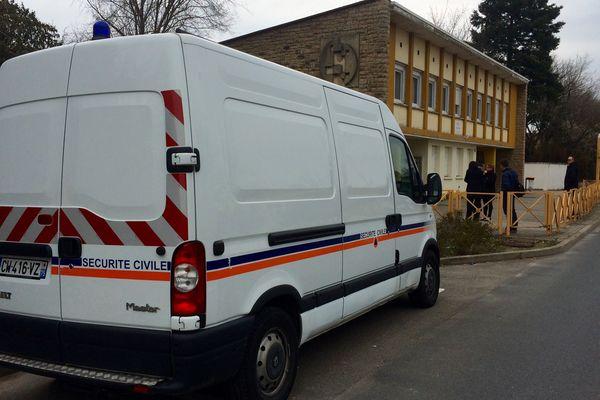 Mercredi 16 mars devant le groupe scolaire situé rue Pillet à Mâcon