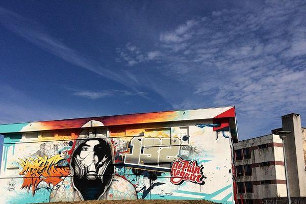 Les anciens locaux des PTT à Lurcy-Lévis dans l'Allier prennent des couleurs grâce à des graffeurs venus du monde entier.