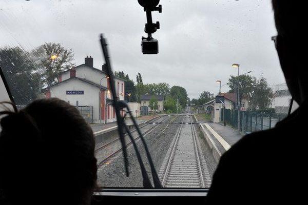 Machecoul dans la cabine du TER, sur la ligne de Nantes à Saint-Gilles-Croix-de-Vie, des rails et des quais neufs pour de nouveau accueillir les voyageurs à partir du 30 août 2015