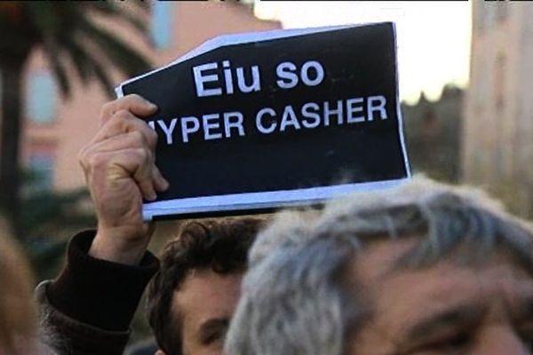 L'une des rares affiches brandit à Bastia en soutien aux Juifs, lors de la manifestation Charlie Hebdo, le 11 janvier