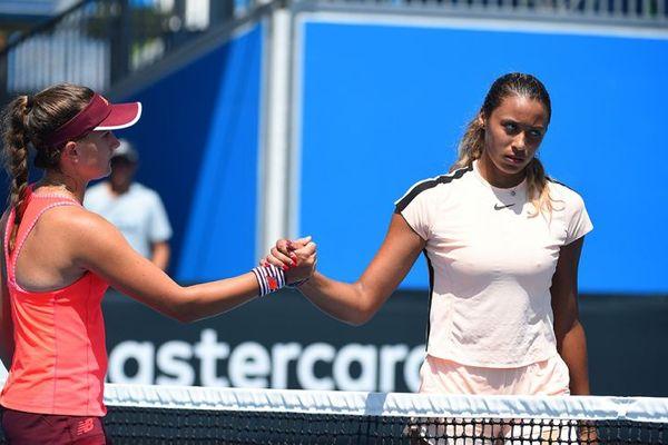 Après sa victoire en quart de finale de l'Open d'Australie, Clara Burel salue son adversaire, l'Américaine Dalayna Hewitt