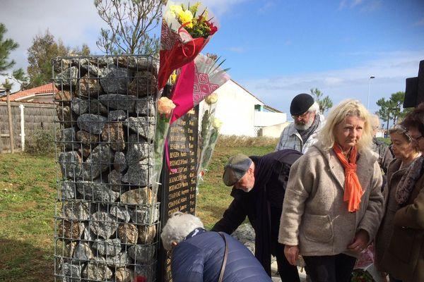 Des dépôts de gerbes ont été effectués devant la stèle érigée en hommage aux victimes.