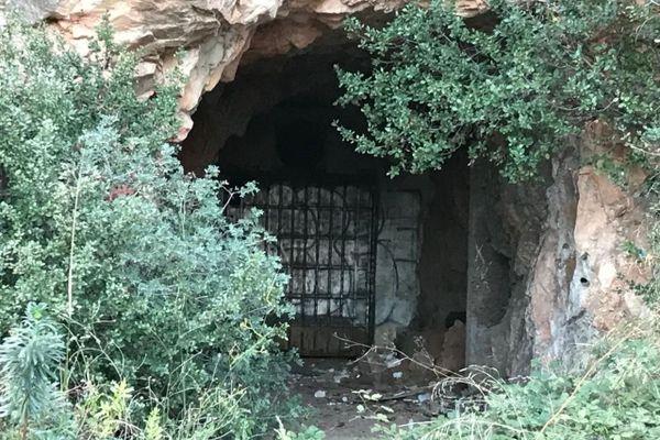 Six ans après l'assassinat de Patrick Isoird, l'entrée de la grotte sanglante de Sète est scellée par une lourde porte métallique