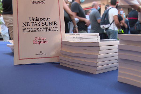 """Dans le livre """"Unis pour ne pas subir"""", le lieutenant-colonel des pompiers Olivier Riquier raconte l'attentat de Nice. Une expérience hors norme, tragique pour lui et ses hommes."""