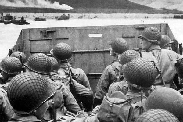 Troupes américaines sur le point de débarquer sur la plage.