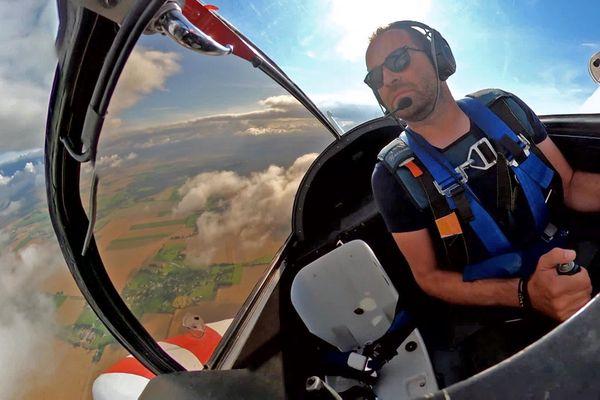 Août 2021 - A bord d'un avion de voltige piloté par Benjamin Gerovic au-dessus de l'aéro-club de Bernay (Eure)