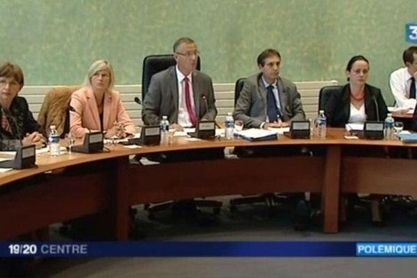 Le maire de Bourges Pascal Blanc (au centre) et sa première adjointe, Véronique Fenoll qu'il vient de destituer de ses fonctions pour s'être abstenue lors d'un vote sur l'augmentation des impôts locaux. 17 octobre 2014.