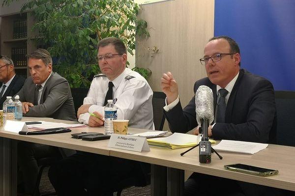 De droite à gauche : le procureur de la République de Rennes, Philippe Astruc (à droite), François Angelini, Directeur départemental de la Sécurité publique, Gilles Soulier, Directeur interrégional de la Police Judiciaire et Jean-Yves Moinet, chef du GIR (Groupe d'intervention régional)