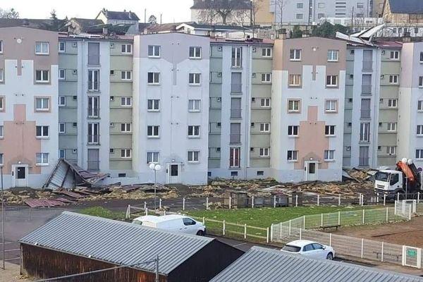 La toiture d'un immeuble s'envole à Gray (Haute-Saône) lors du passage de la tempête Ciara.