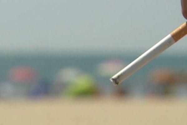 Fumer à la plage, un geste qui pourrait être interdit à moyen terme