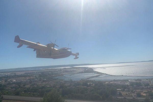 Un Canadair après largage au dessus de la zone en feu