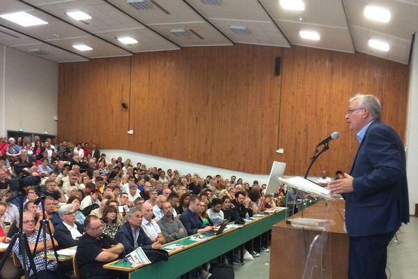 Pierre Laurent prend la parole à l'université d'été du parti communiste, à Angers