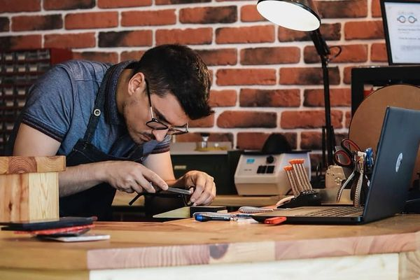 Dans son atelier de la Glacière, à Clermont-Ferrand, Norberto Fernandes imagine et conçoit des montures de lunettes originales.