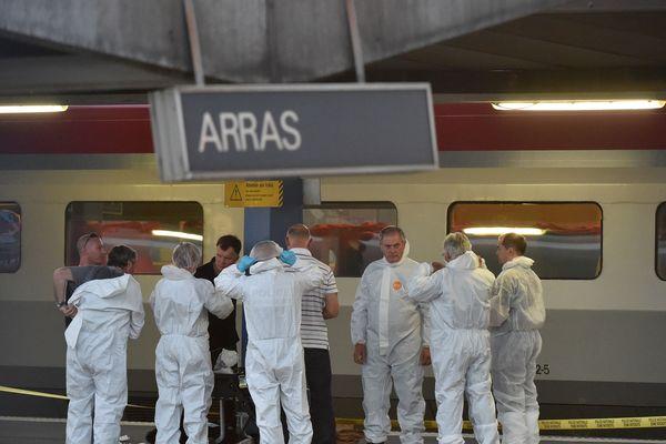 Les enquêteurs en gare d'Arras après l'attaque déjouée à bord d'un Thalys, le 21 août 2015.