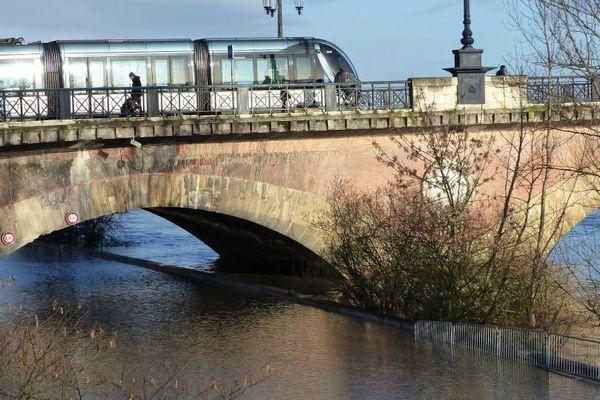 La Garonne déborde sur les quais de Bordeaux le 2 février 2014