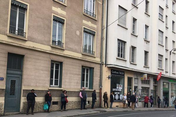 Dans le quartier Trion, la pharmacie a ouvert ce matin ... vers 10h déjà une vingtaine de personnes faisaient la queue devant l'officine. La pharmacie n'a plus de gel hydroalcoolique ni de masque depuis plusieurs jours 17/3/20