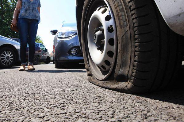 Des pneus crevés par dizaine dans la nuit à Grandfontaine, comme ici dans le sud de la France en 2016.