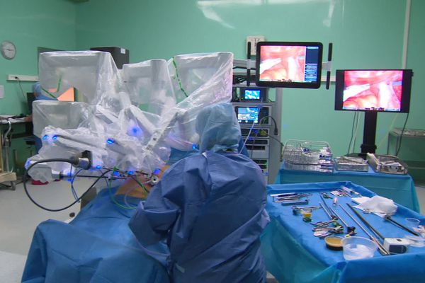 Ce robot est notamment utilisé pour la prise en charge de nombreux cancers.