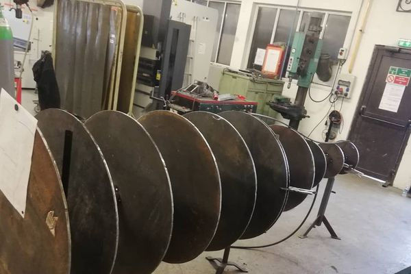 Le squelette de la bouteille de champagne en acier réalisée pour le Téléthon