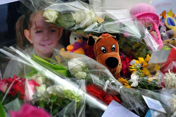 """Fiona avait disparu à Clermont-Ferrand en mai 2013. Cécile Bourgeon, sa mère, et Berkane Maklhouf, le compagnon de celle-ci, ont été renvoyés le 22 octobre 2015 devant les assises pour """"violences ayant entraîné la mort sans intention de la donner"""" sur mineure de moins de 15 ans, par ascendant ou par personne ayant autorité et en réunion."""