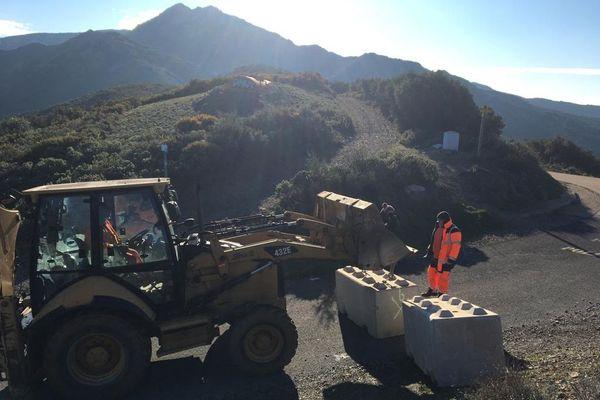 Col de Banyuls-sur-Mer (Pyrénées-Orientales) - des blocs de béton pour fermer la route secondaire entre France et Espagne - 11 janvier 2021.