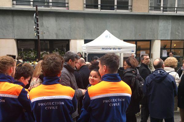 L'hommage s'est tenu rue Erlanger, en présence entre autres de membres de la protection civile.