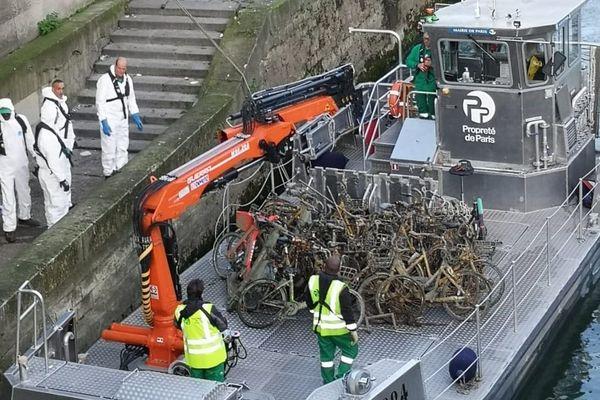 Une opération de repêchage de vélos dans la Seine, jeudi 24 octobre.
