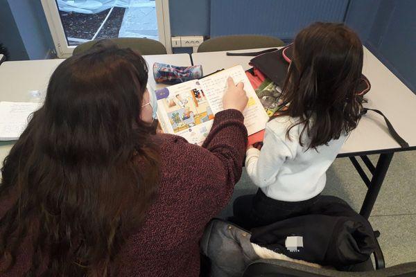 Plusieurs étudiants ont décidé de faire de l'aide aux devoirs.