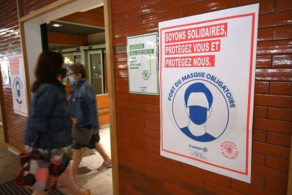 Masque obligatoire à l'entrée d'un centre commercial à Laval, en Mayenne, le 16 juillet 2020