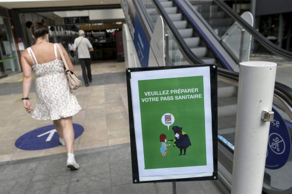 Le nombre de centres commerciaux de plus de 20.000 mètres carrés en Occitanie soumis à l'obligation du pass sanitaire va passer de 17 à 4 à compter de mercredi, a annoncé lundi le ministre de l'Economie Bruno Le Maire.