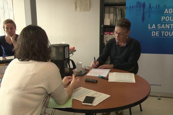 Des épidémiologistes de la cellule d'investigation sur le coronavirus à l'Agence régionale de santé à Rennes