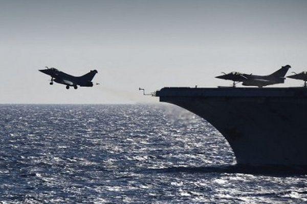 Des avions de combat ont décollé vendredi du porte-avions français Charles de Gaulle - Archives