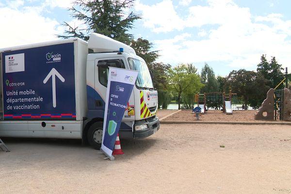 Le centre mobile de vaccination est garé depuis 11h et jusqu'à 19h au lac Kir.