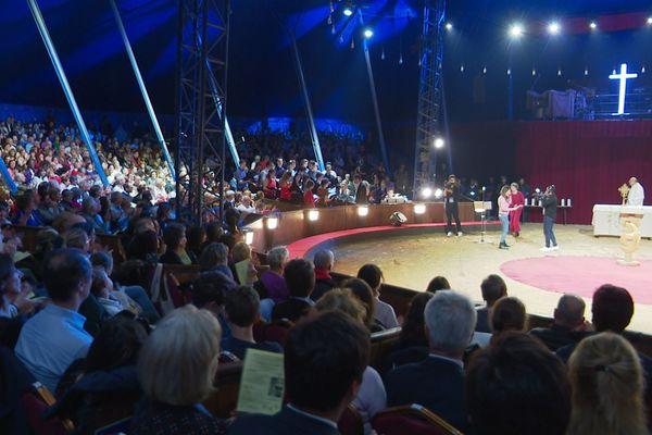 Une messe de Noël a lieu chaque année au cirque Alex Gruss à Paris, depuis plus de 20 ans.