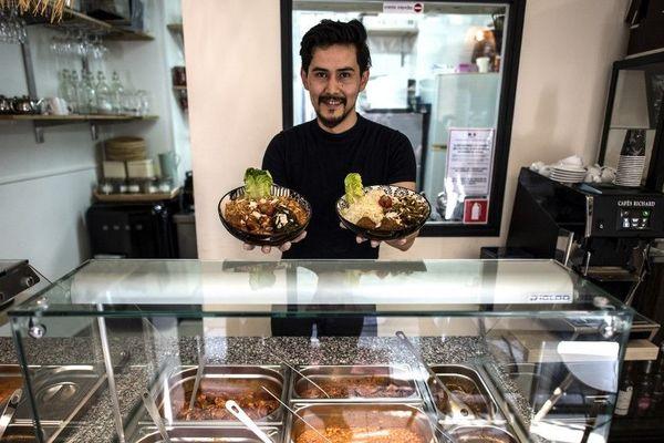 Ali Mohmmad Hussaini dans son restaurant de spécialités afghanes.