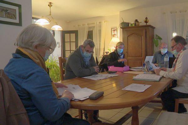 Une partie du conseil muncipal de Manvieux se réunit au domicile du maire