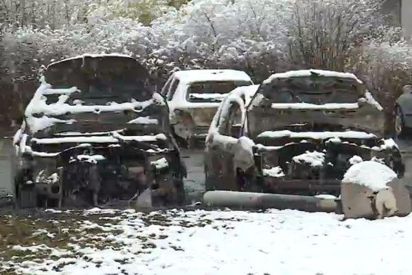 Plusieurs voitures ont été incendiées dimanche 7 février dans le quartier de la Petite Hollande à Montbéliard.