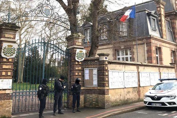 Le forcené a blessé le directeur général des services avant de retourner l'arme contre lui, à Dreux