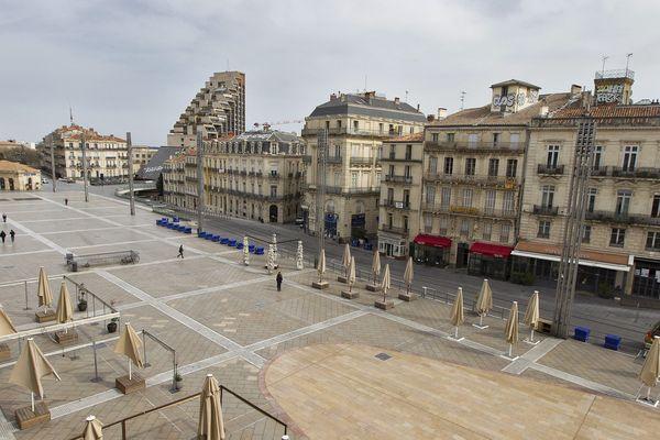 La place de la Comédie, à Montpellier, déserte en plein après-midi, le 17 mars.