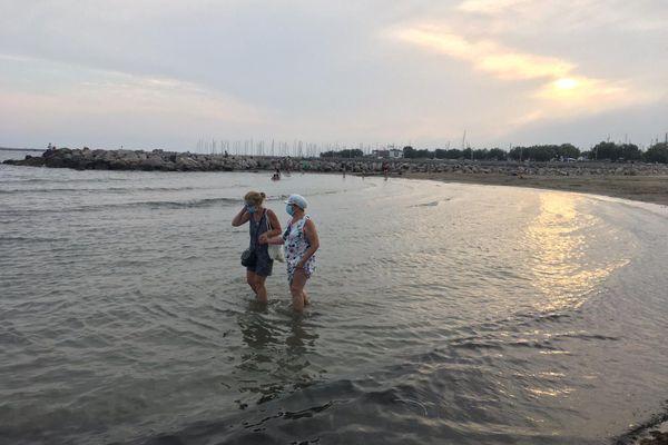 Alice et Marie-Odile profitent d'une plage de la Grande-Motte, à la fraîche - 11.08.20