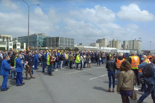 700 salariés du site de Roquette à Lestrem (Pas-de-Calais) se sont rassemblés à midi pour protester contre la suppression de 235 emplois.