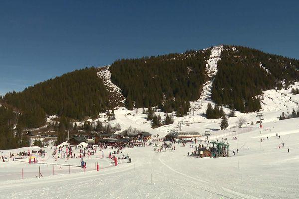 La station de ski du Collet d'Allevard affiche complet malgré le manque de neige sur certaines pistes.