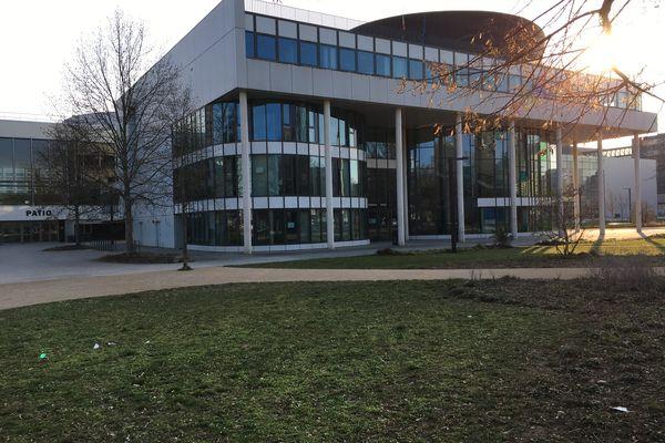 L'une des deux scènes est située devant le bâtiment de la présidence de l'université de Strasbourg (Unistra), au milieu du campus central
