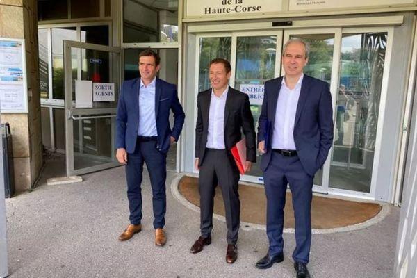 Jean-Martin Mondoloni, Jean-Sébastien de Casalta et Jean Zuccarelli devant la préfecture de Bastia le 2 juin 2020. Ils y déposent leur liste pour le second tour des élections municipales.