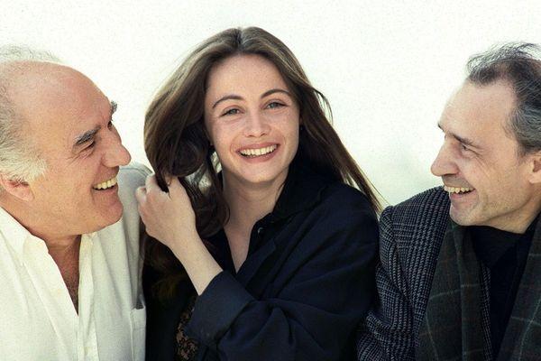 """Le cinéaste Jacques Rivette (à droite) accompagné des acteurs Michel Piccoli et Emmanuelle Béart, lors de la présentation de son nouveau film """"La belle noiseuse"""", sélectionné au Festival de Cannes, le 14 mai 1991."""