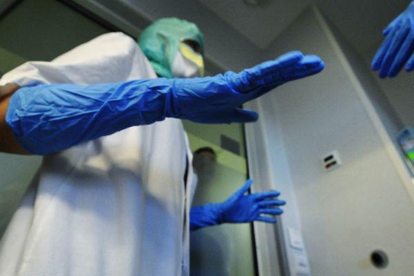 Une équipe médicale se forme à accueillir des patients potentiellement porteurs du virus Ebola au CHU Montpied (63)