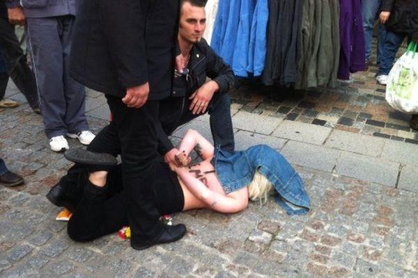 A 10h ce samedi matin, des militantes Femen se sont déshabillées devant Marine Le Pen à Fougères