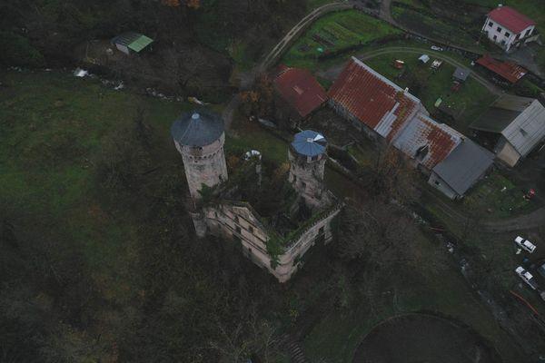 Le château est aujourd'hui complètement envahi par la végétation