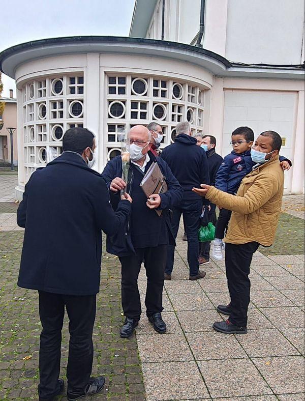 Le père Philippe Rapp, discutant avec l'imam Mustapha Ezzoubir à la sortie de l'office devant Notre-Dame de l'immaculée conception de Schiltigheim