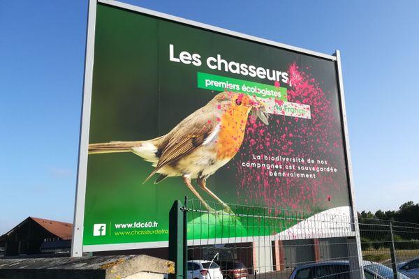 Un des deux panneaux de communication de la Fédération des chasseurs de l'Oise aspergé de peinture rouge